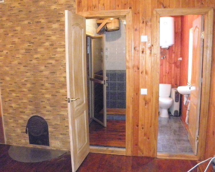 Баня-сауна У Сереги фото входа в парилку и ванную комнату