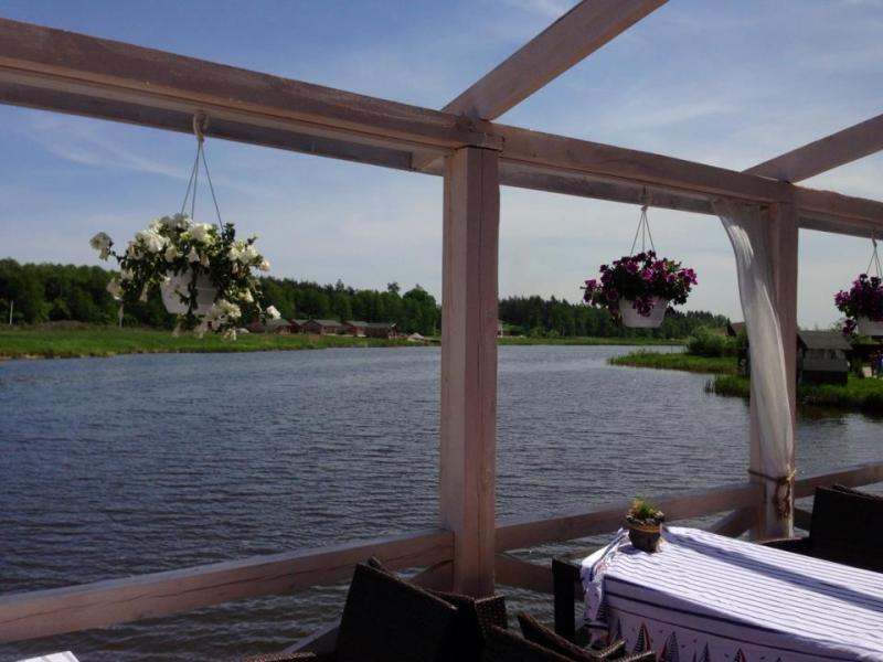 Ресторан-отель Дача фото зала с видом на озеро